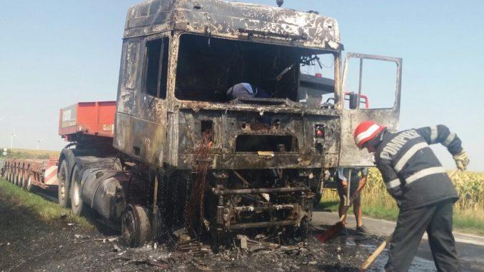 Un camion, mistuit de flăcări la Topolog. FOTO ISU Delta