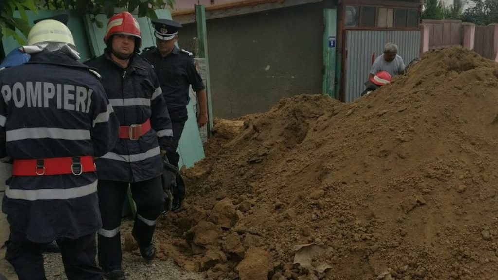 Pompierii militari lucrează la scoaterea de sub pământ a victimelor. FOTO ISU Delta