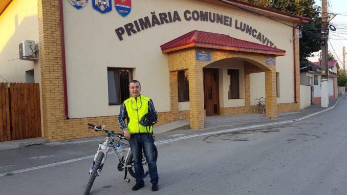 Primarul Ștefan Ilie de la Luncavița și bicicleta sa. FOTO Facebook