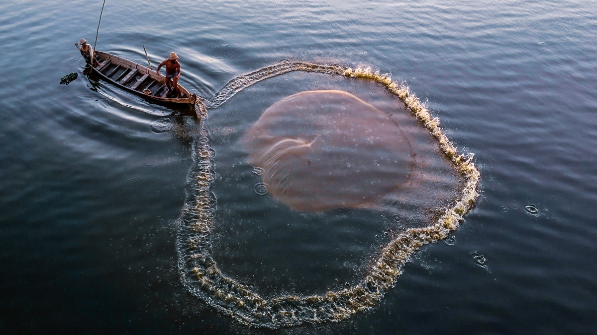 shyne-myint-nyi- pescar cu plasa