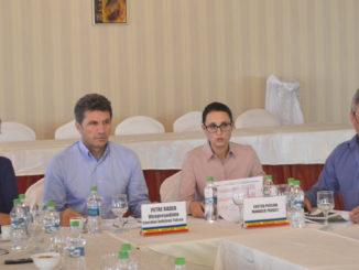 Petre Badea, vicepreședintele CJ Tulcea și reprezentanții proiectului. FOTO CJ Tulcea