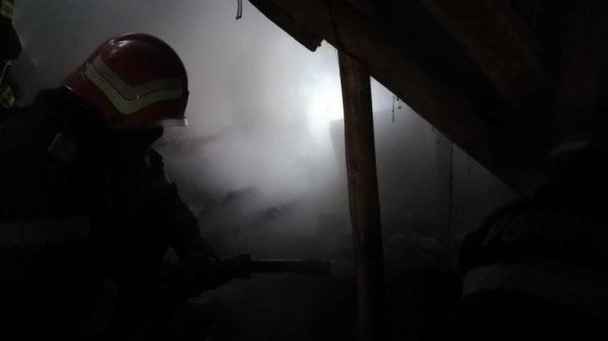 Incendiu în podul unei case din Slava Cercheză. FOTO ISU Delta
