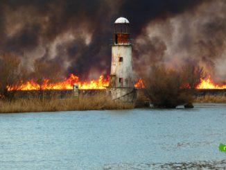 Focul din Sulina scăpat de sub control pârjolește totul în calea sa și a ajuns până la Farul vechi. FOTO Magelan Tour