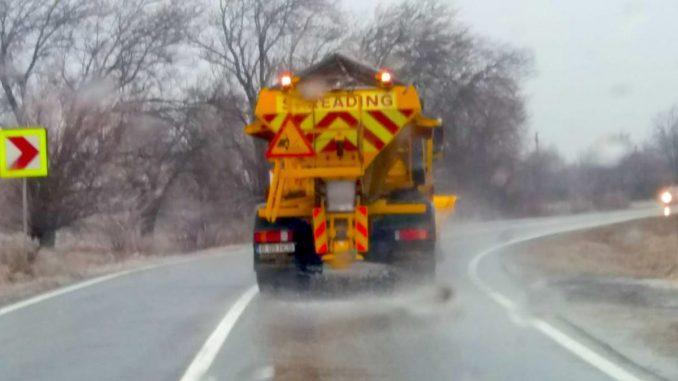 Mașină de împrăștiat sare pe drumurile afectate de polei. FOTO DRDP Constanța