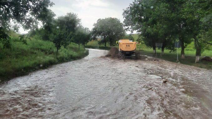 Trafic oprit pe DN 22D, între Mircea Vodă și Horia, din cauza unei viituri. FOTO ISU Tulcea