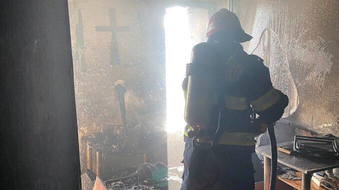 Incendiu izbucnit într-un bloc cu cinci etaje din municipiul Tulcea. FOTO ISU Delta