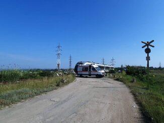 Autoturism lovit de tren în Tulcea. FOTO IPJ Tulcea